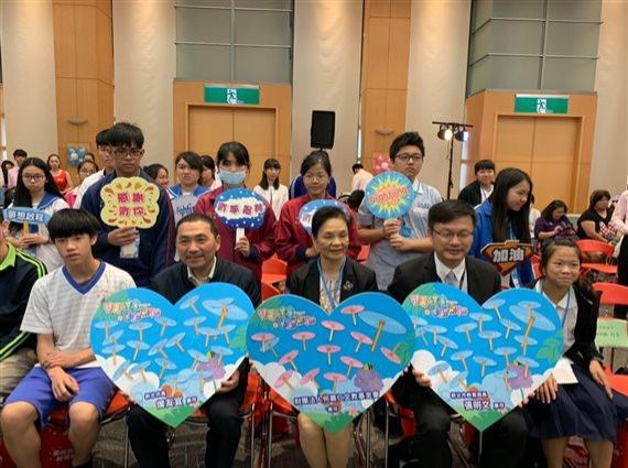 圓夢學生送感謝狀給市長、局長及企業代表