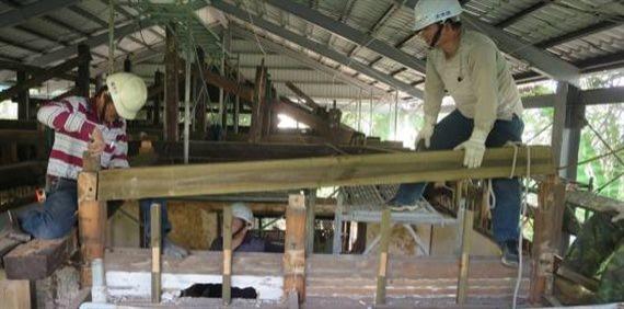 正在安裝小屋梁。