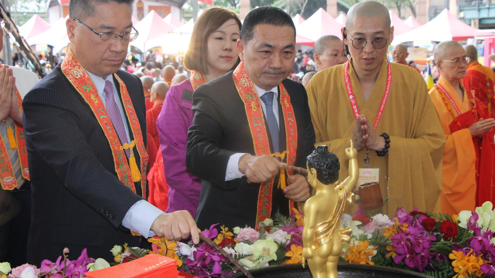 市長舀香湯灌沐佛陀聖像