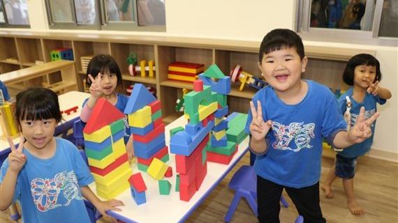 小朋友在親子館內玩積木