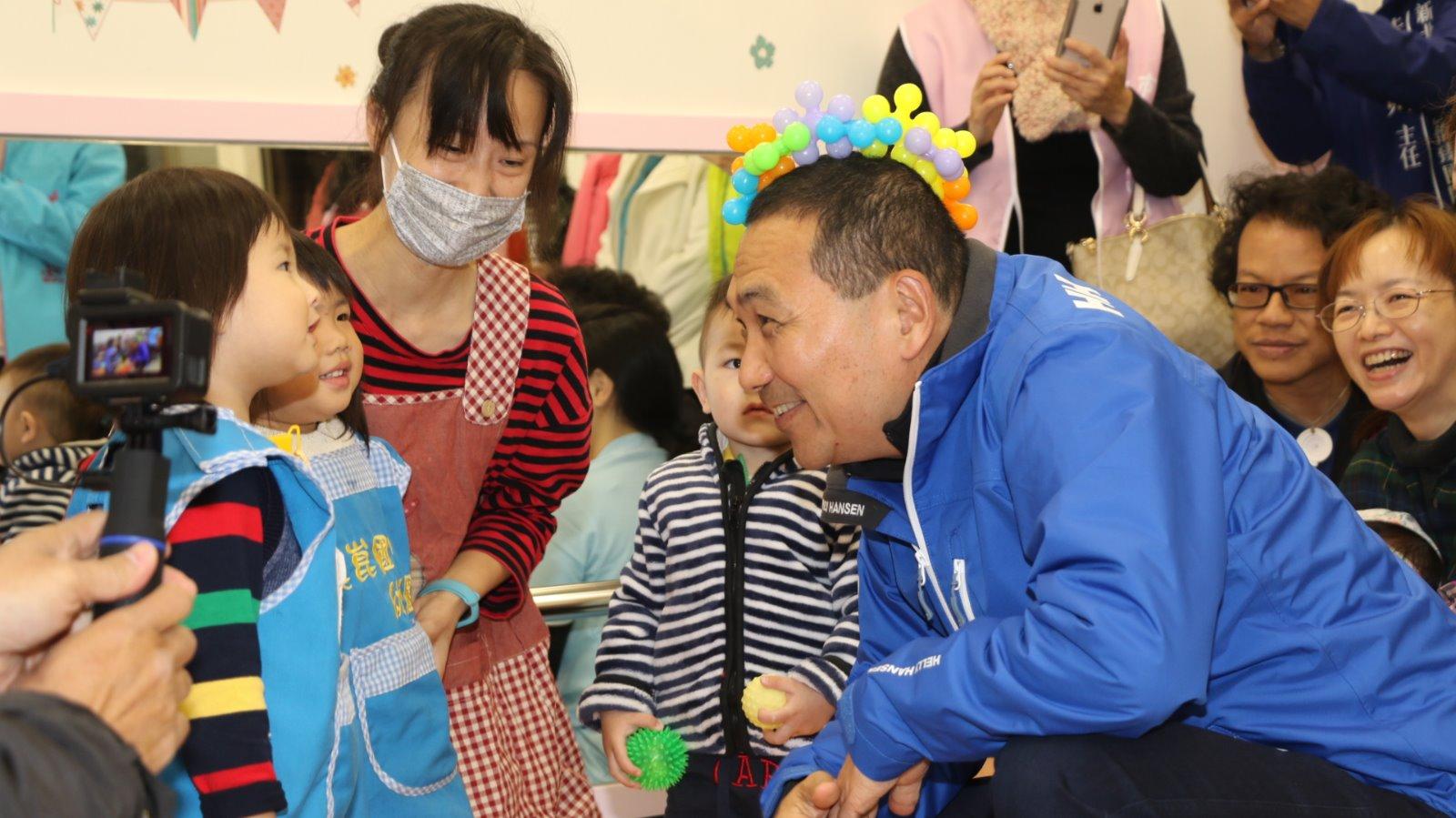 侯友宜市長和溪崑公托中心內的小孩玩