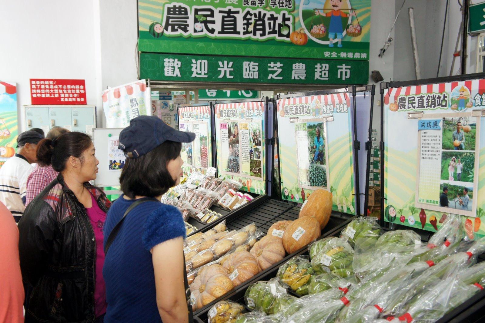 貨架不僅陳列小農生產蔬果,還設有看板宣傳小農故事理念。