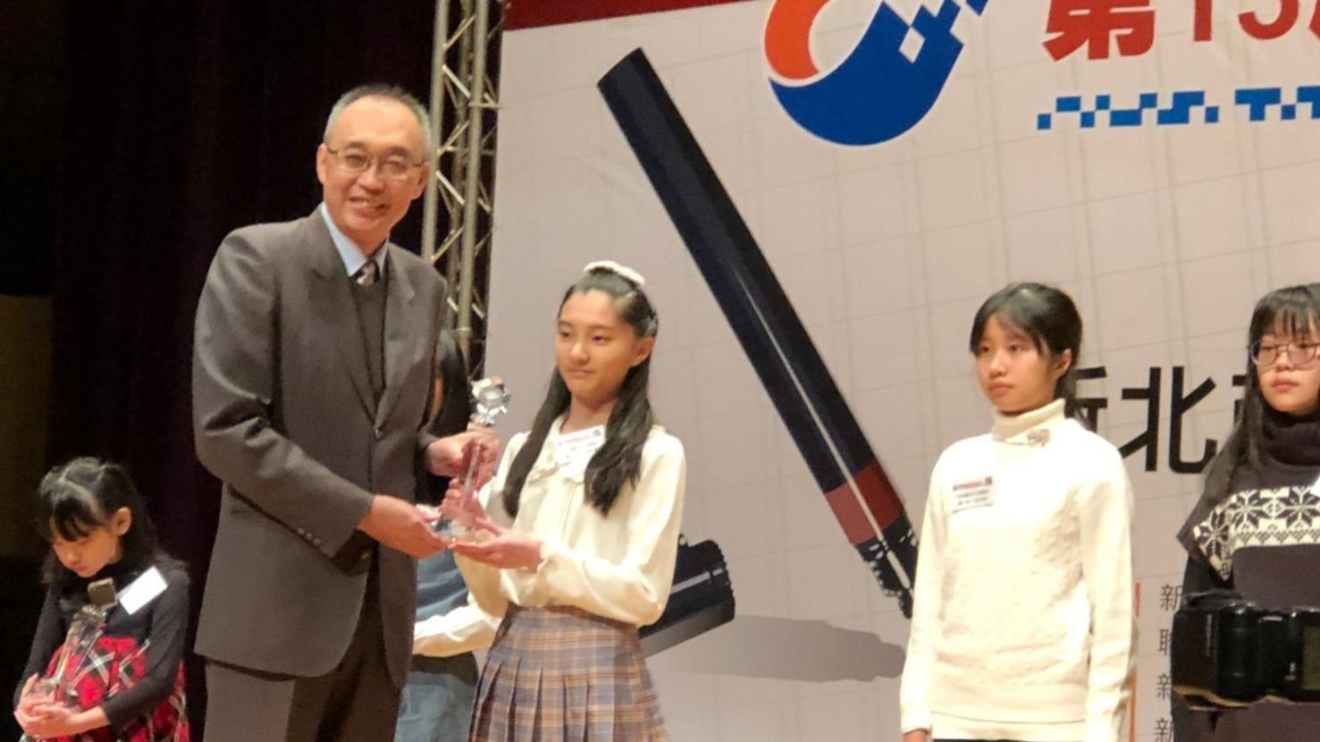 謝副市長頒獎給榮獲新北市第一名的學生