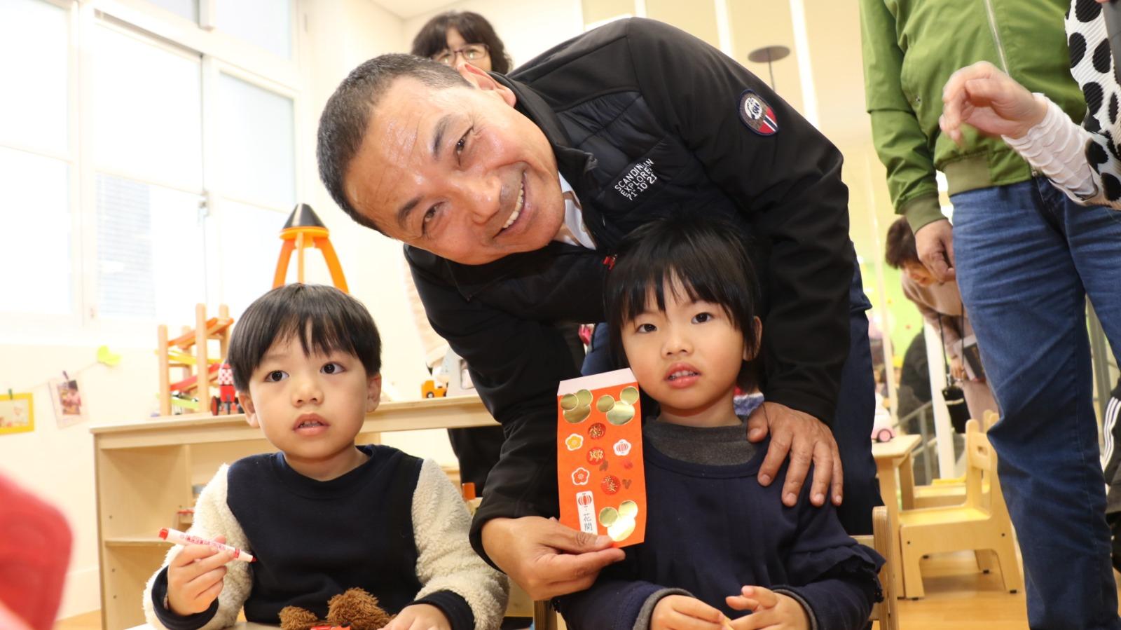 市長和小朋友一起做紅包