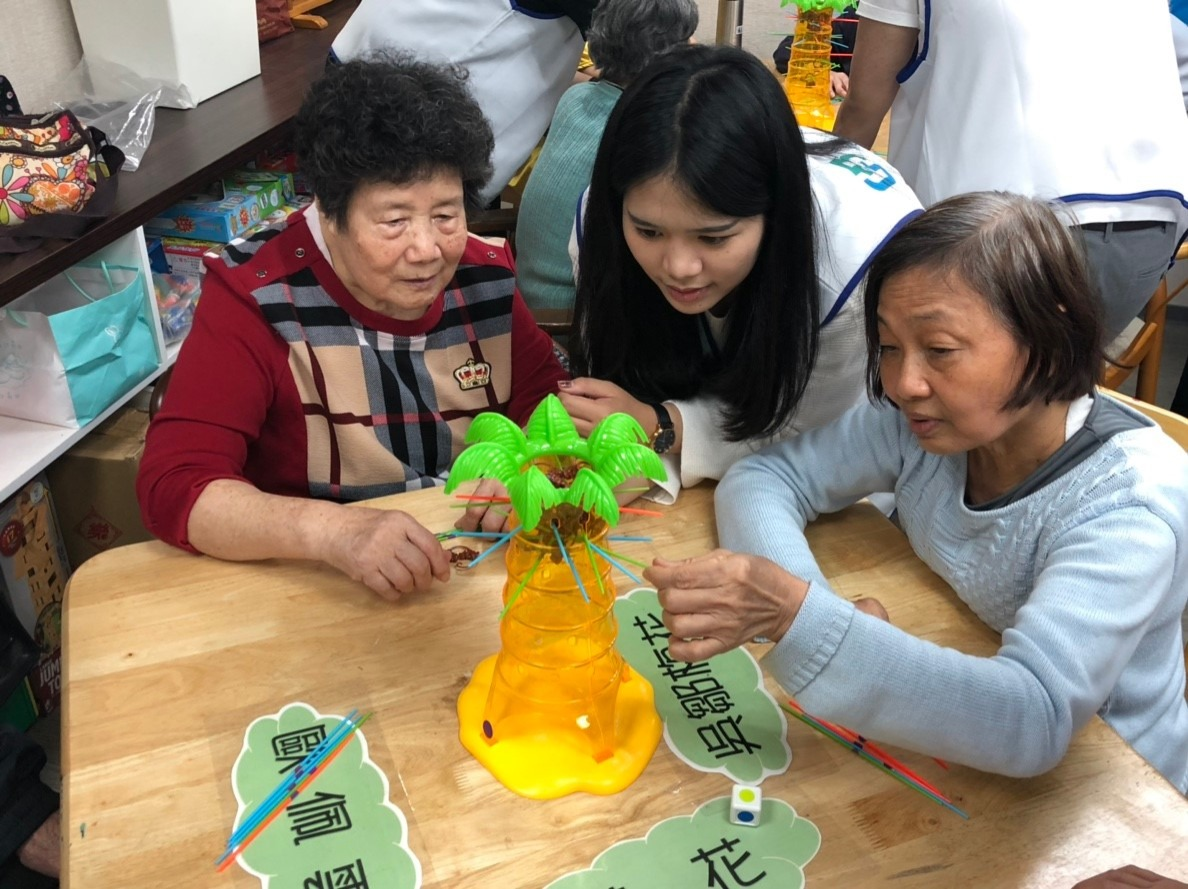 富邦人壽世代志工到海山公共托老中心陪伴長輩玩猴子抽抽樂桌遊
