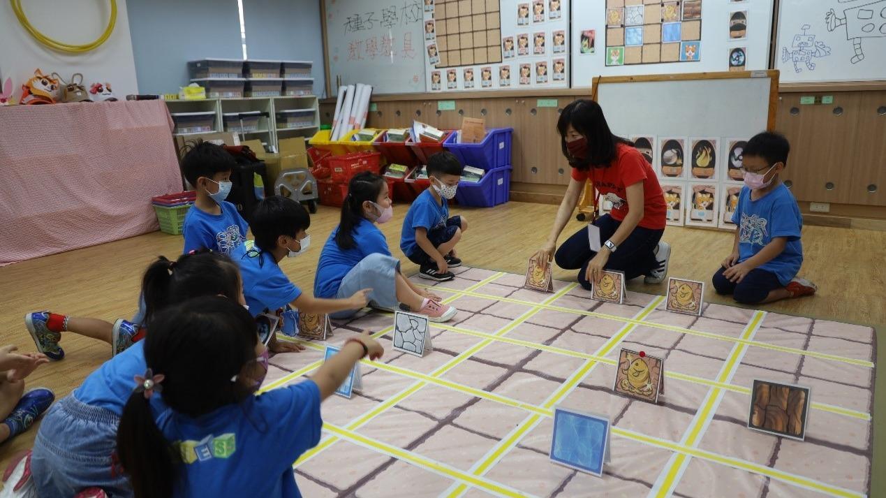 學前程式教育種子教師帶領孩子進行不插電程式桌遊學習活動