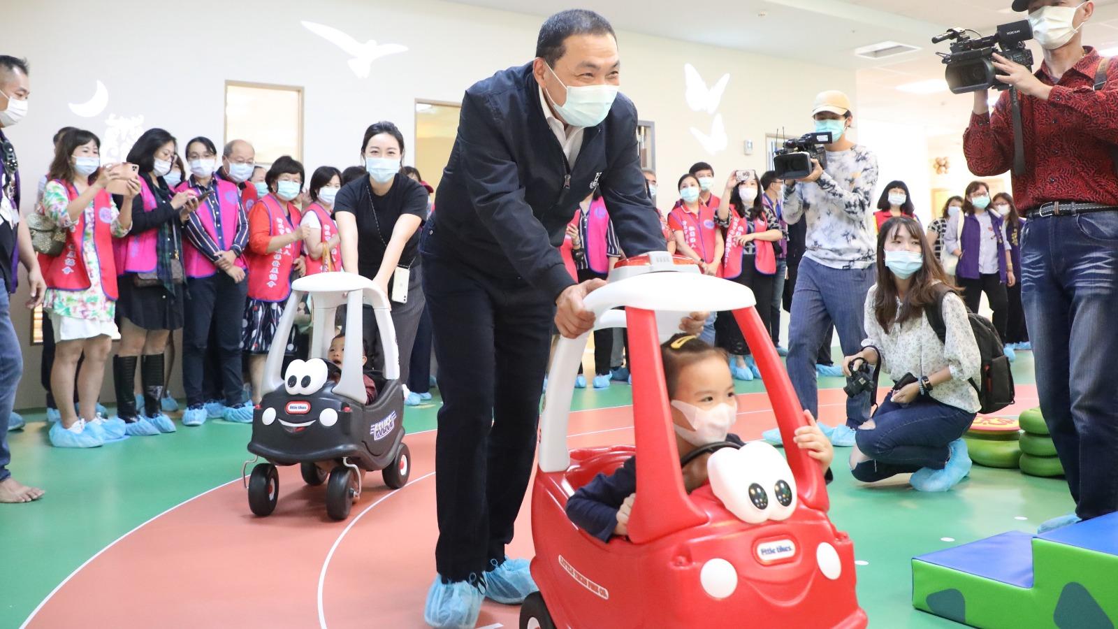 市長與幼兒一同體驗林口西林公托中心特色運動場