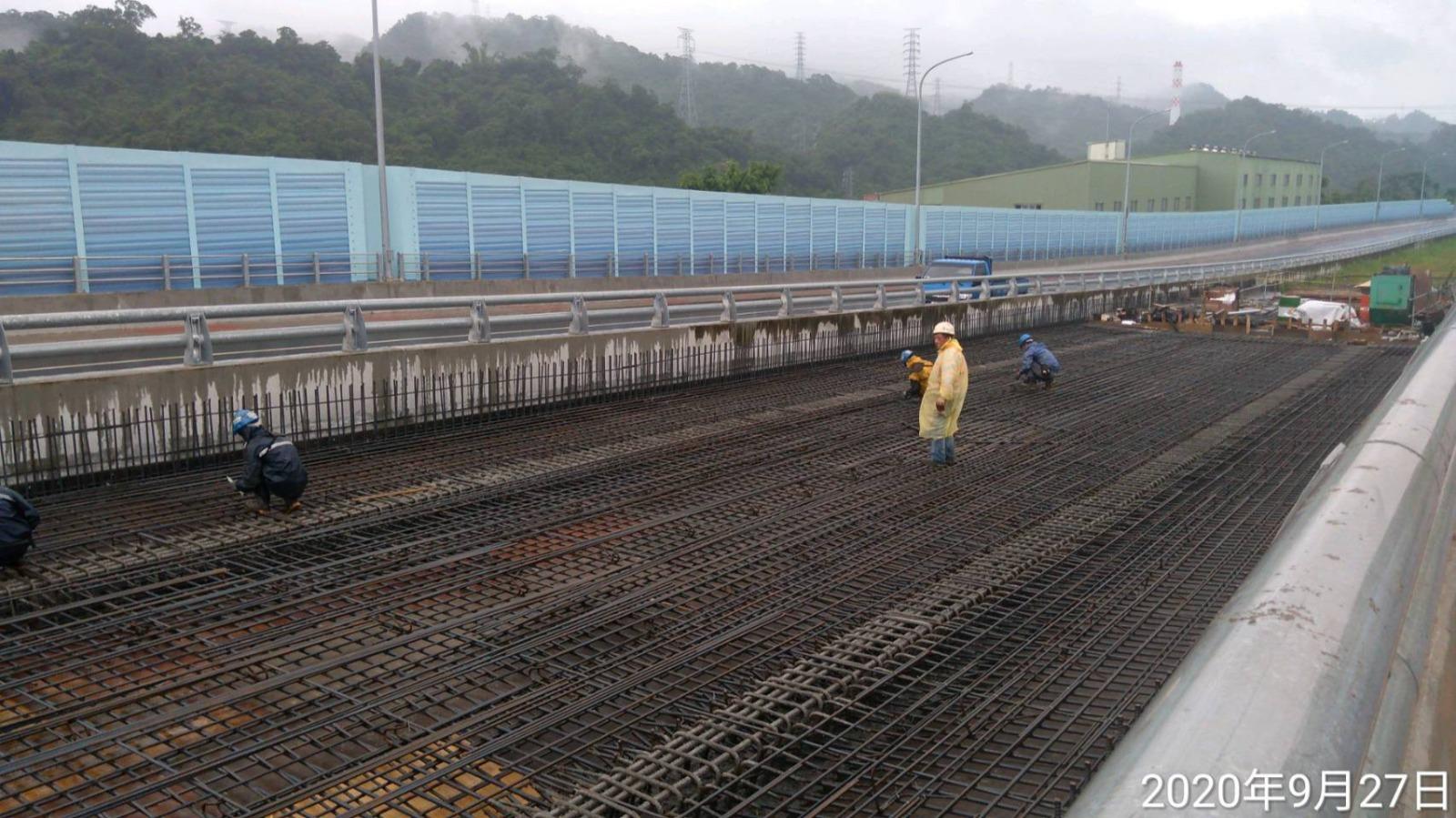 橋P3-2基礎引孔及型鋼打設