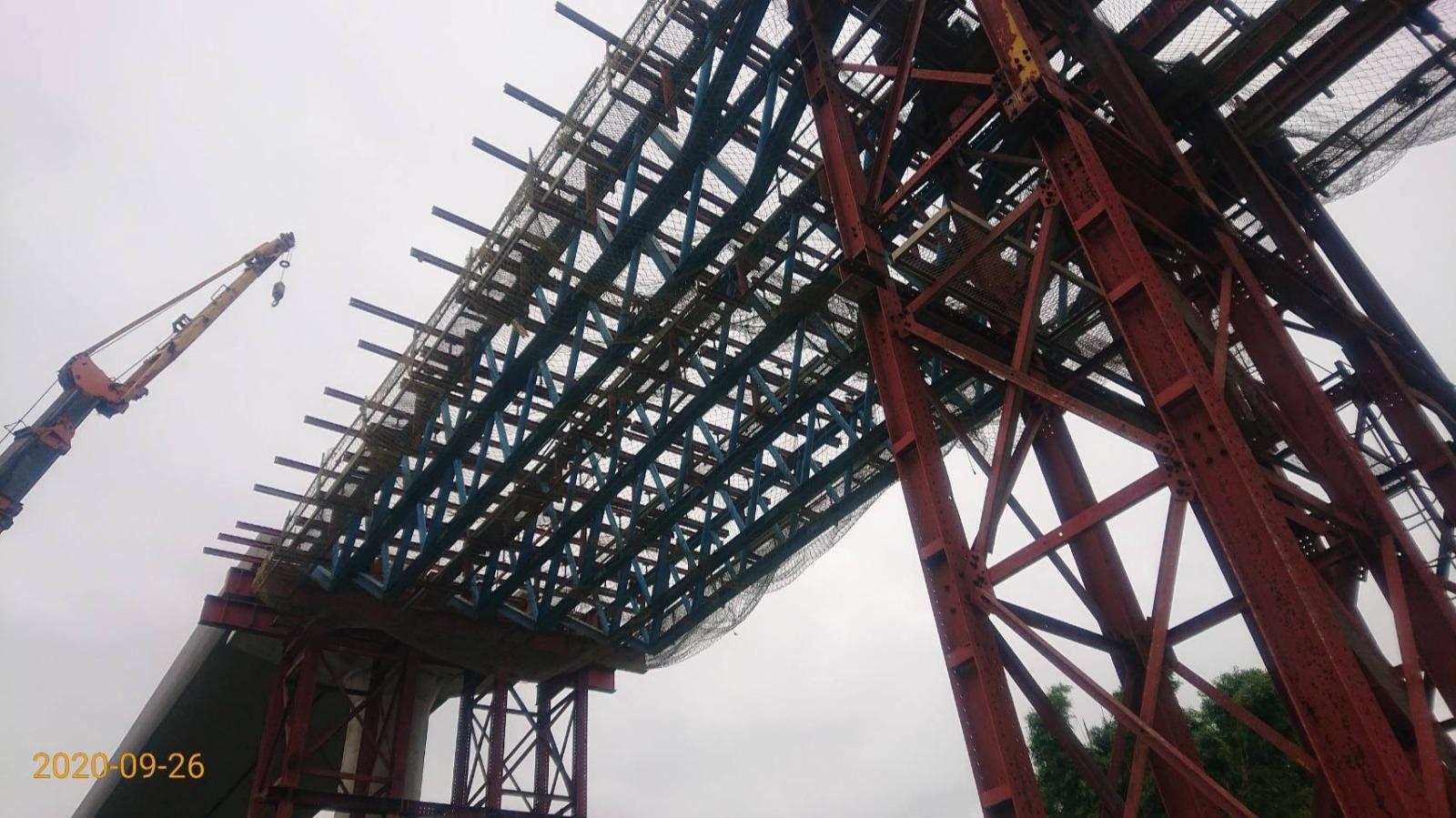 三峽柑園路P07-5253場撐構件吊裝作業