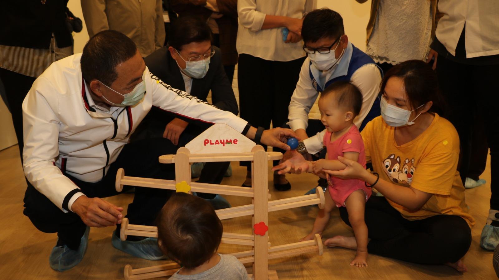 市長和小孩玩手眼協調的滾球遊戲