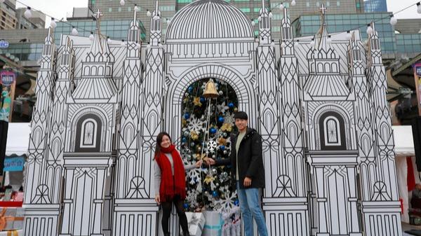 耶誕城堡及幸福平安鐘供民眾祈福
