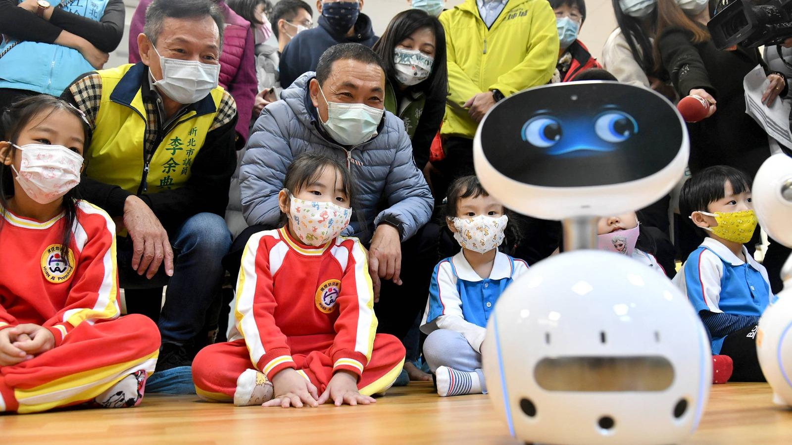 市長和小朋友與機器人互動