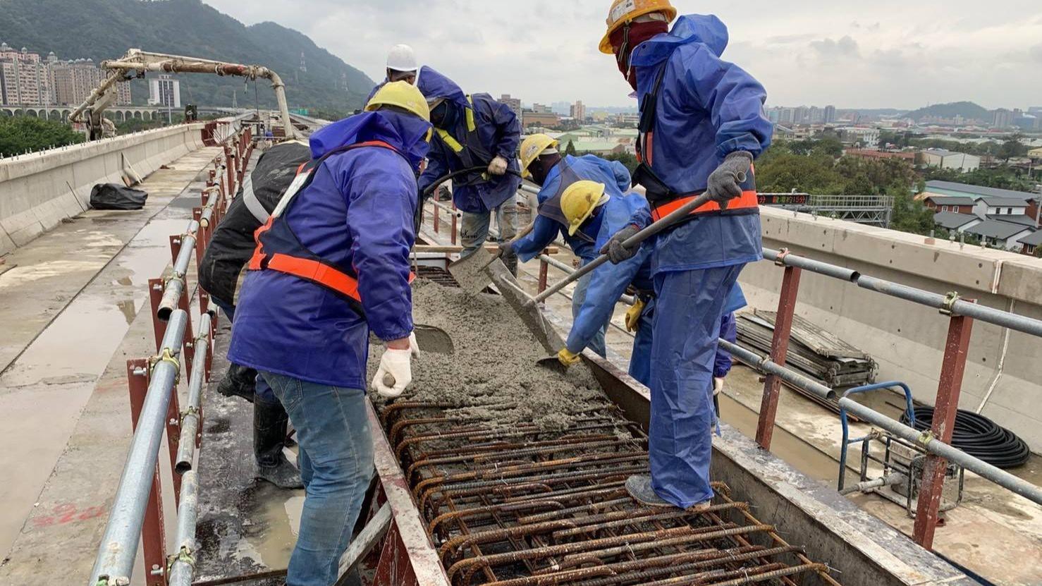 三峽隆恩街P07-35~38橋面版中牆混凝土澆置作業
