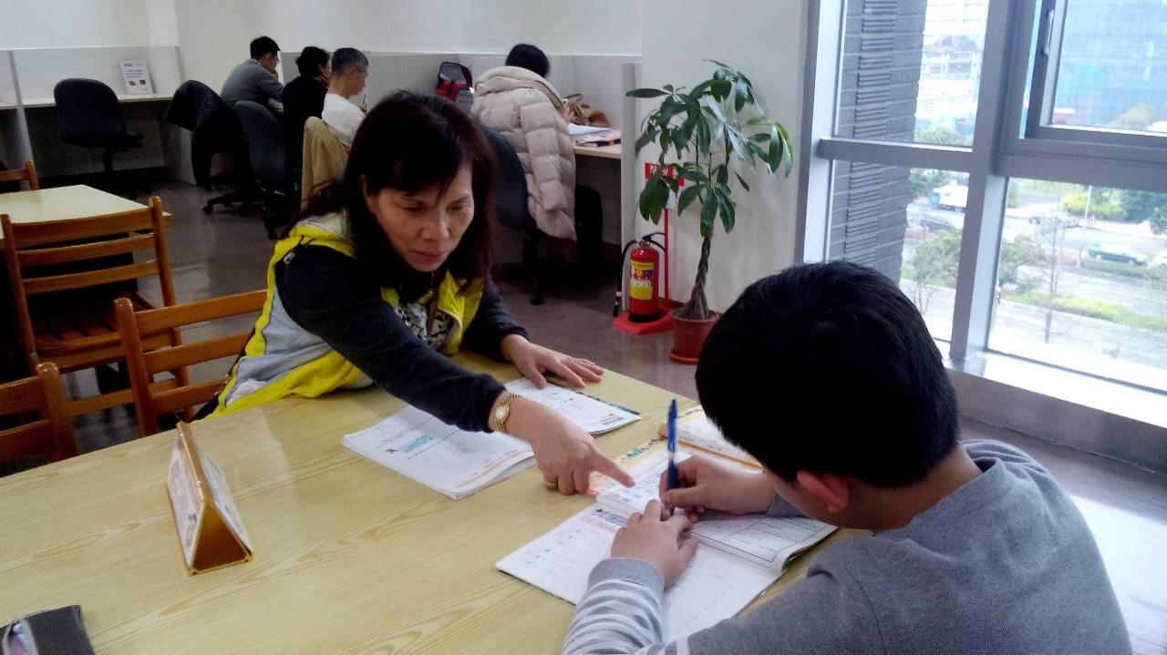 陪讀天使陪伴學童寫作業