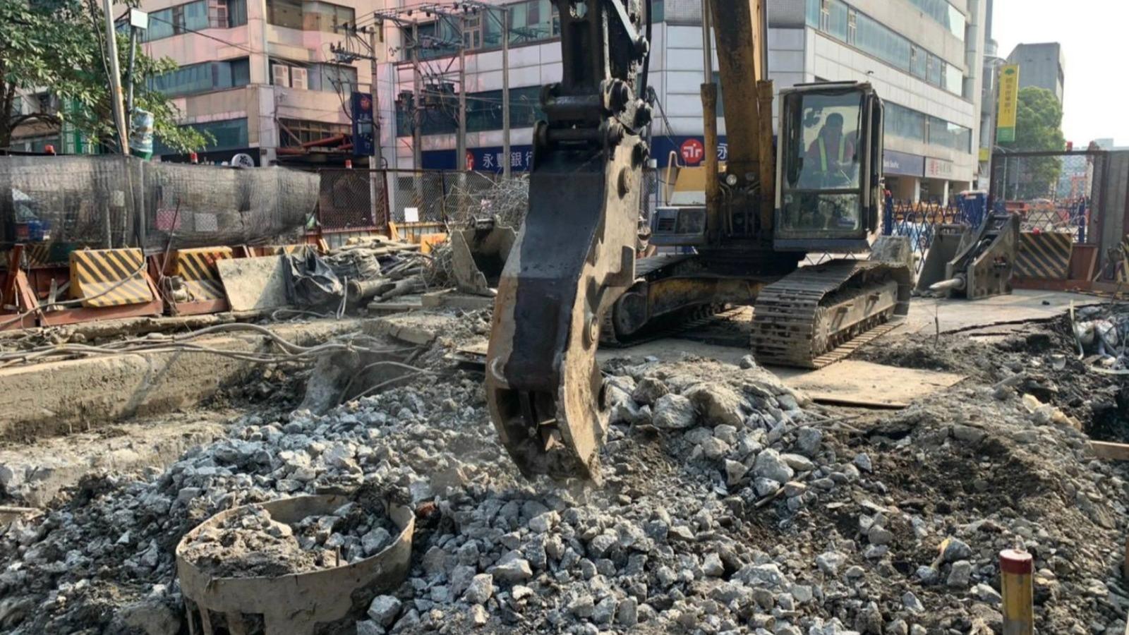 連城路B1區中避線第8單元鋪面打除混凝土塊碎解施作