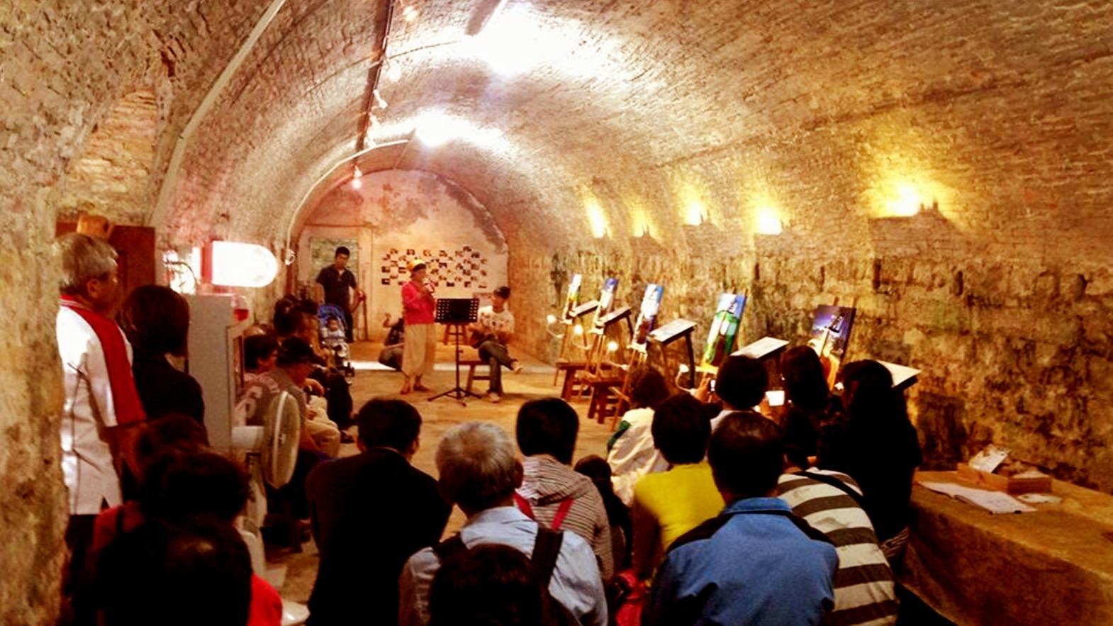 藝術家麻花捲工作室在國定古蹟滬尾礮臺展出油畫與烏克麗麗結合的作品,並演奏音樂。