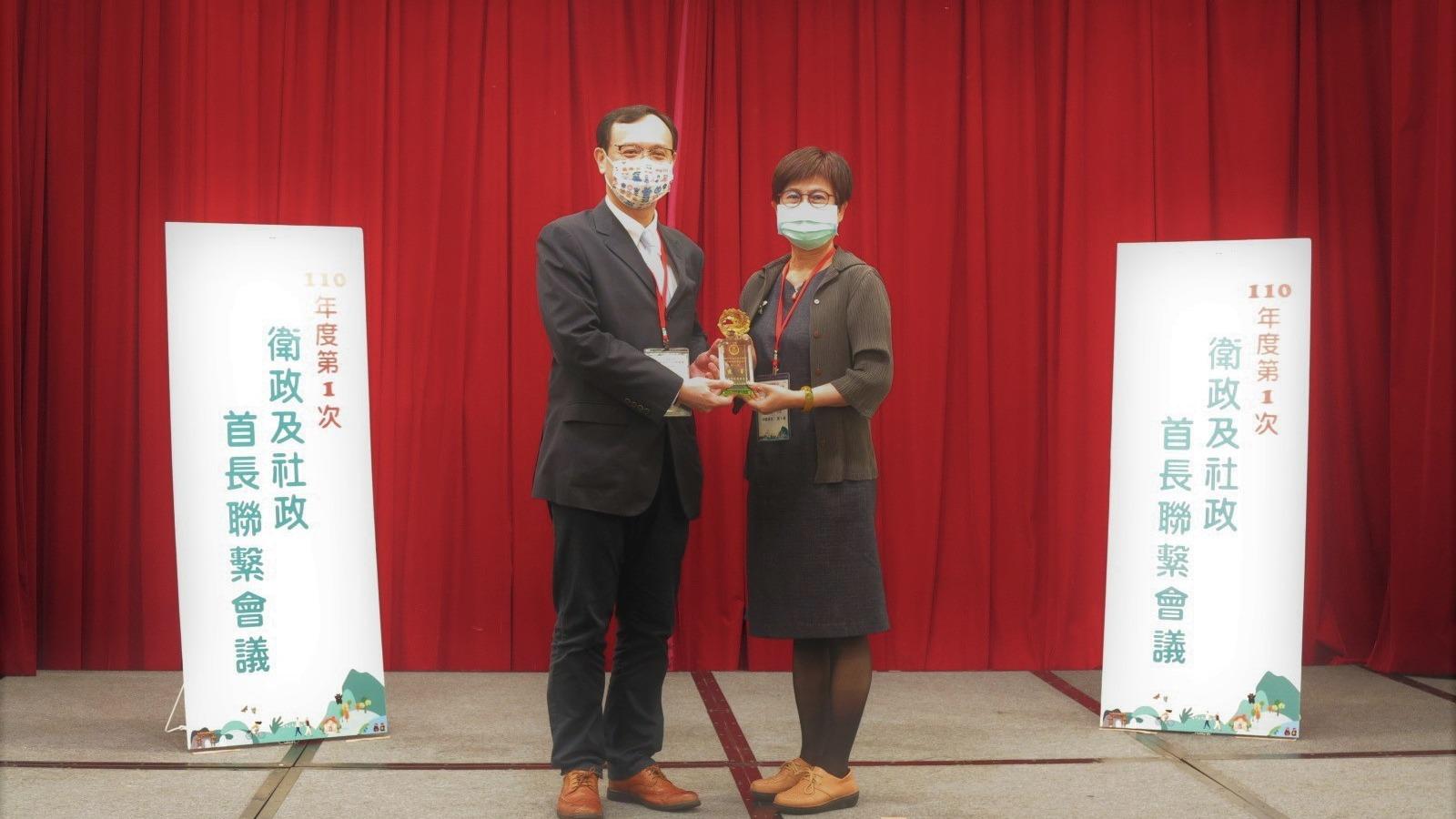 110年4月23日領獎表揚109年地方衛生機關食品藥物類業務考評獲得第一組優等獎